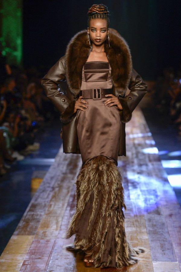 coleccion-jean-paul-gaultier-otono-invierno-2016-2017-abrigo-cuero-cuello-pelo