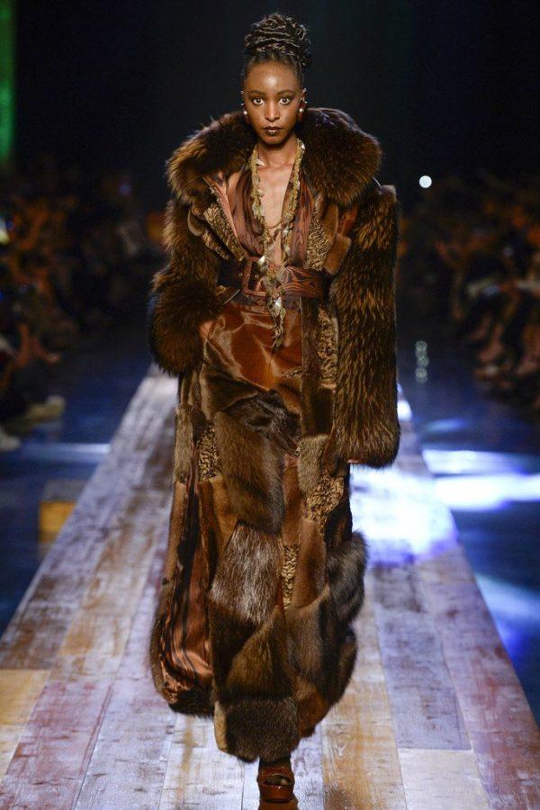 coleccion-jean-paul-gaultier-otono-invierno-2016-2017-abrigo-pieles