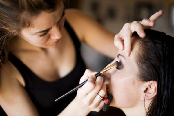 como-maquillarse-los-ojos-paso-a-paso-maquilladora