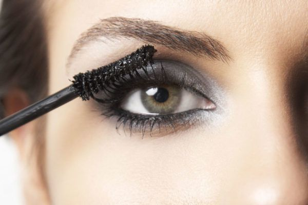 como-maquillarse-los-ojos-paso-a-paso-mascara-de-pestanas