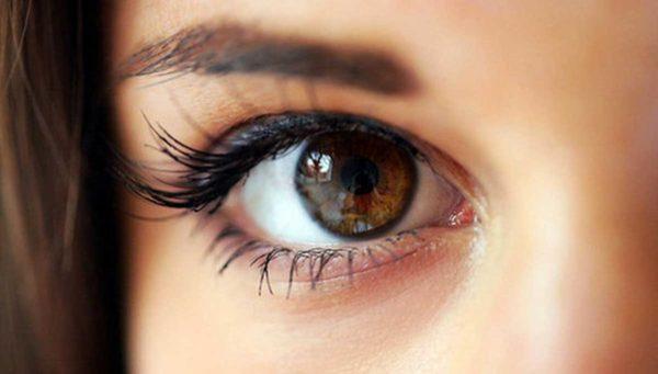 como-maquillar-ojos-marrones-delineador-negro