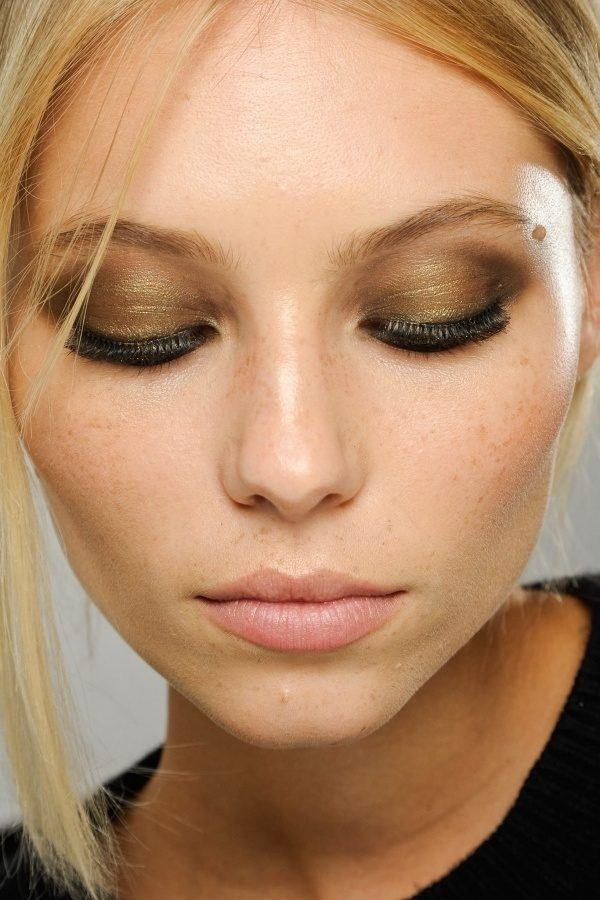 trucos-para-maquillar-ojos-marrones-aplicacion-shimmer