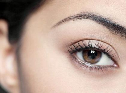 maquillaje-para-boda-de-noche-definir-cejas