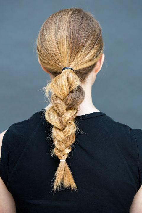 peinados-faciles-paso-paso-recogido-bajo-con-trenza-paso1
