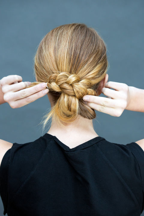 peinados-faciles-paso-paso-recogido-bajo-con-trenza-paso2