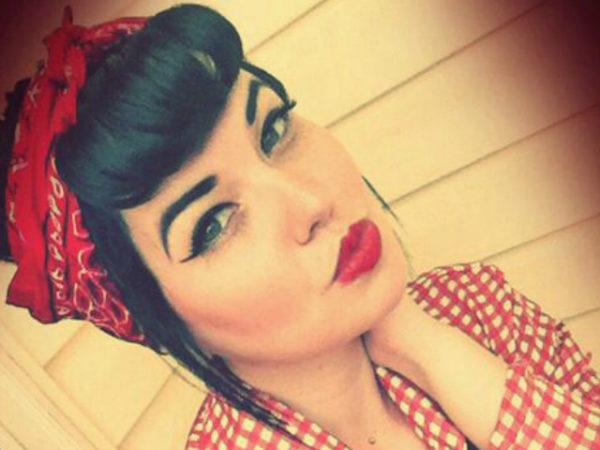 peinados-pin-up-morena-pañuelo-rojo-ojos