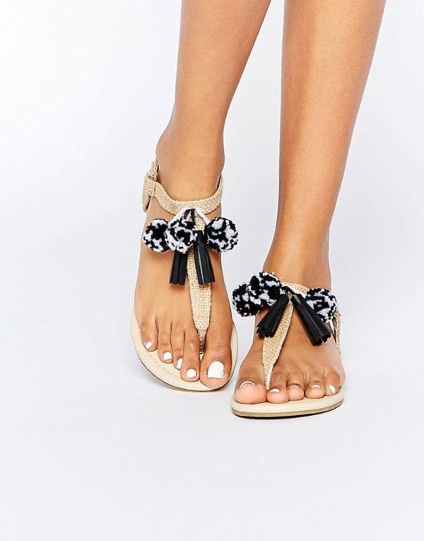 sandalias-con-pompones-asos-negras-y-blancas