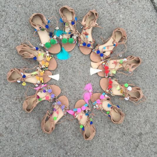 sandalias-con-pompones-colores-varias