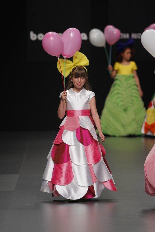 vestidos-de-comunion-diferentes-agatha-ruiz-falda-rosa-blanca