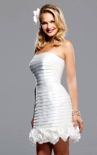 c40342004 Un vestido de jaretas rematado con flores es un diseño fantástico para un vestido  corto de novia 2019 que la firma David Tutera ha presentado para esta ...
