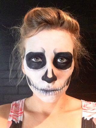 maquillaje-halloween-calavera-añade-cejas