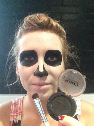maquillaje-halloween-calavera-dibuja-contorno-negro-ojos-y-nariz-rellenar