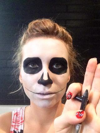 maquillaje-halloween-calavera-dibuja-dientes-paso-1