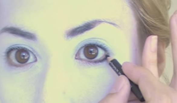 maquillaje-halloween-muneca-paso-3-maquilla-ojos-con-delineador
