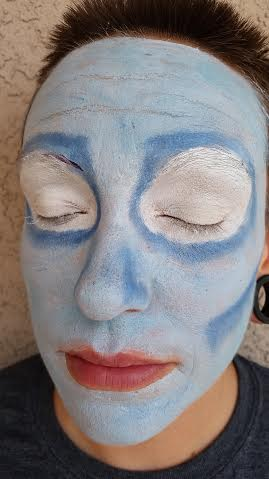 maquillaje-halloween-novia-cadaver-paso-a-paso-cara-azul-ojos-blancos