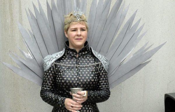 las-mejores-fotos-de-disfraces-originales-para-halloween-2016-cersei-lannister-trono
