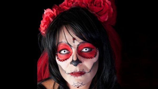maquillaje-de-catrina-para-halloween-de-ojos-rojos-y-lentillas