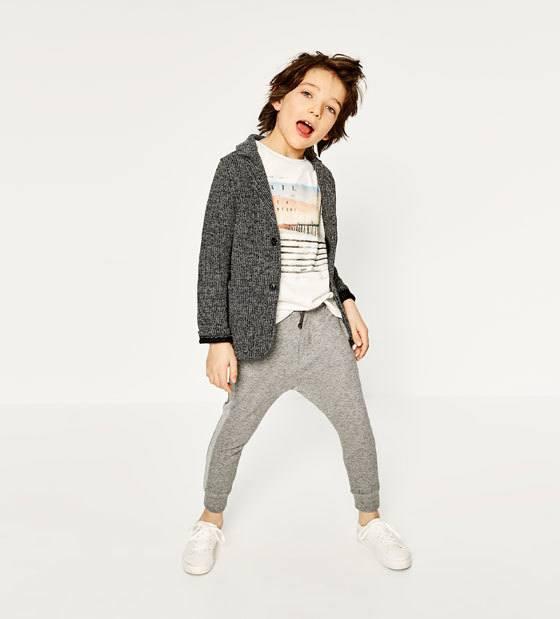 """44aa2492149 Para niños. los """"looks"""" algo más informales están presentes en el catálogo  Zara Kids"""