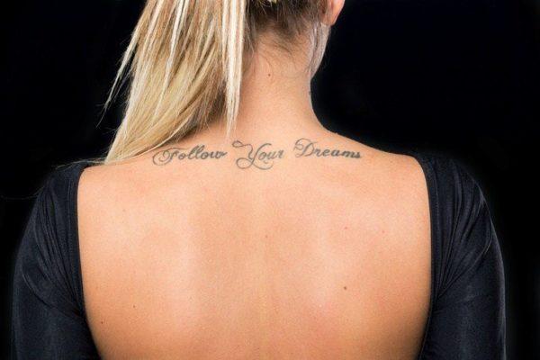 Tatuajes cuello frase