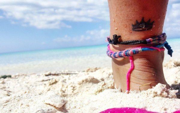 Tatuajes de coronas pequenos tobillo