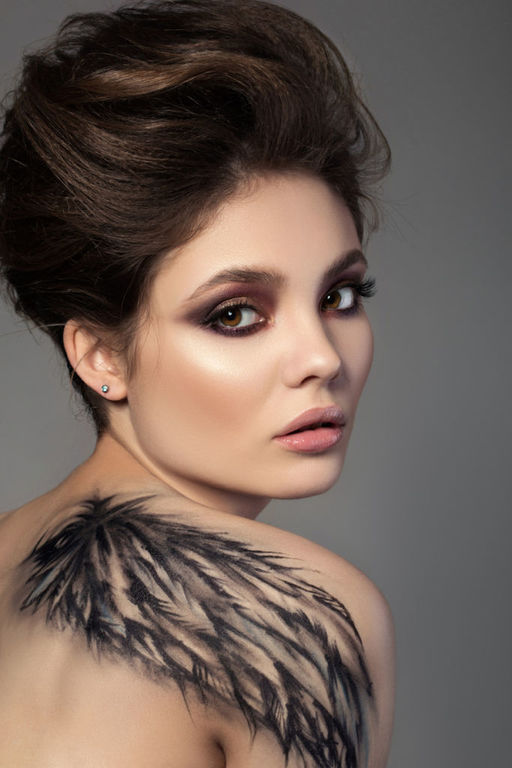 Tatuajes de plumas grandes omoplato
