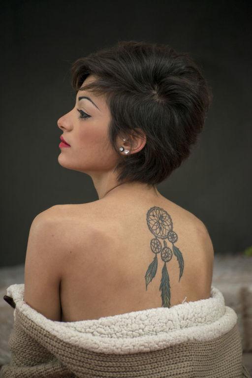 Tatuajes de plumas para mujer atrapasueños
