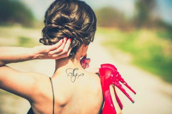 Tatuajes en el cuello letras