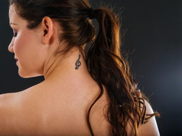 Tatuajes en el cuello pequenos clave de sol