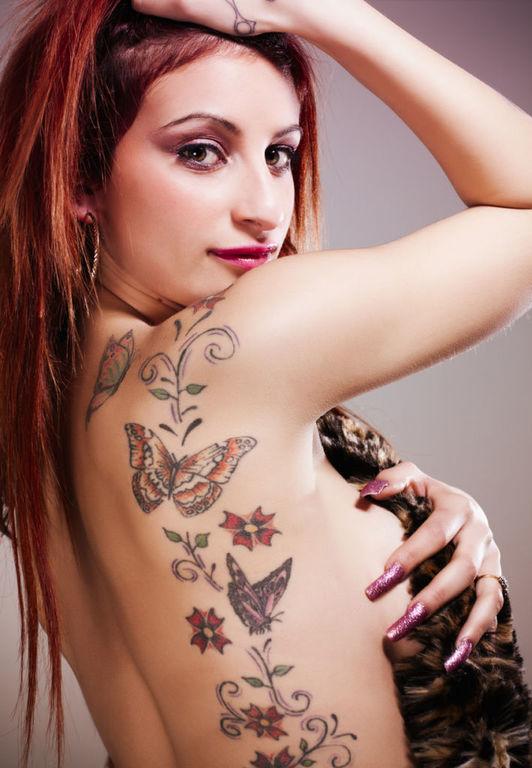 Tatuajes en las costillas para mujer mariposas