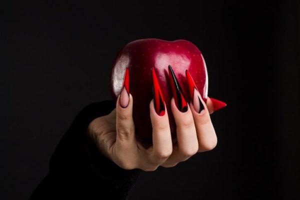 Unas carnaval bruja largas rojas y negras