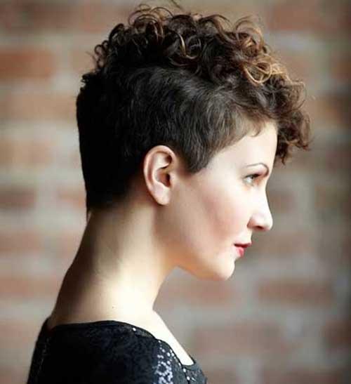 el pelo peinado hacia un lado con los rizos a diferentes larguras y el otro lado de la cabeza rapado es un peinado sper cmodo que slo requiere un poco - Pelo Corto Rizado