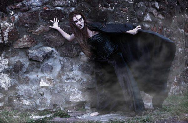 Como maquillarse como la monja Valak El Conjuro paso a paso tonos grises y marrones