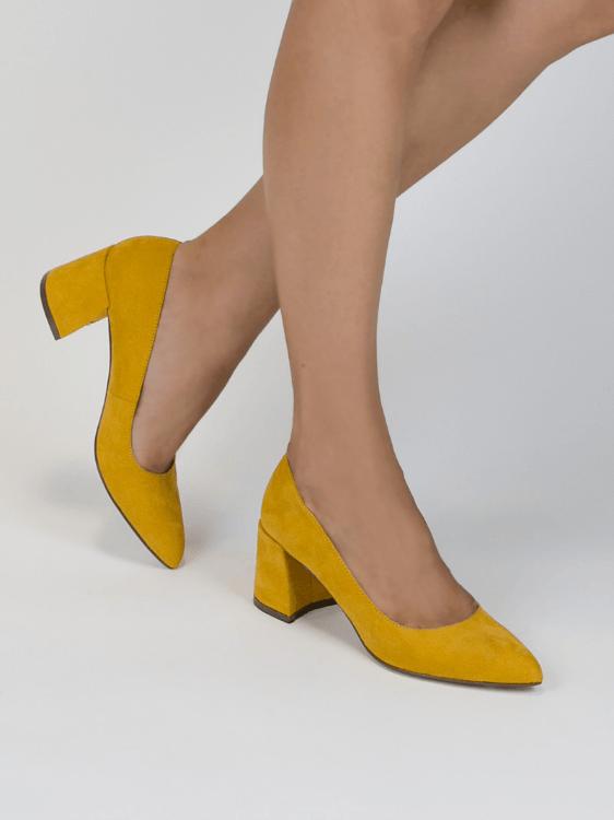¡Derrocha estilo con este zapato salón tipo cut out en terciopelo de color  negro! El tacón es alto eafbf6ce81dc