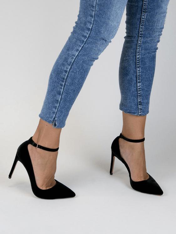 Este modelo de zapato salón de punta de color arena con la punta en negro  del catálogo de Marypaz es un genial ejemplo de ello. Su tacón medio y ancho  te ... ede38f68775d