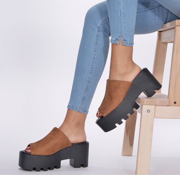 204ab4a3 Uno de los modelos que está llamado a arrasar en las rebajas de verano 2019  de Marypaz. Estas sandalias romanas de caña alta en napa negro son  tendencia ...