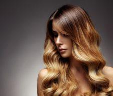 Cómo aclarar el pelo con reflejos rubios en un pelo castaño