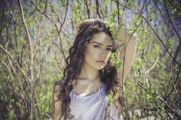 la-caida-del-cabello-mujer-bosque