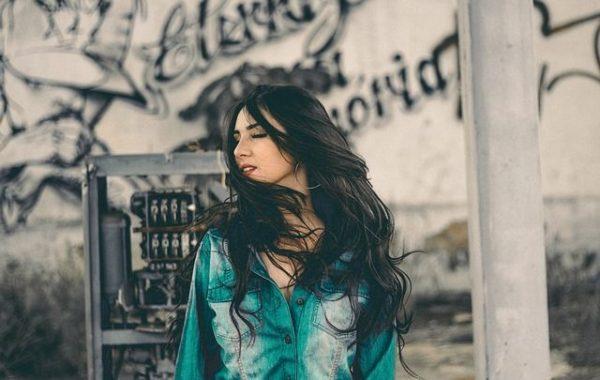 la-caida-del-cabello-mujer-morena-graffitis