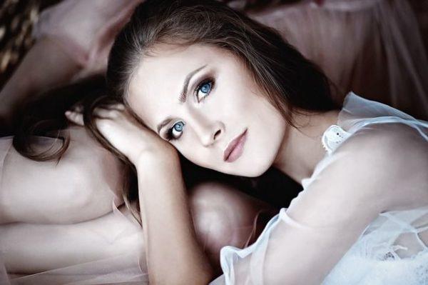 la-caida-del-cabello-mujer-ojos-azules