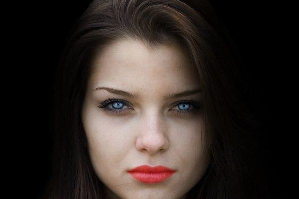 las-sombras-de-ojos-sombras-morena-ojos-azules