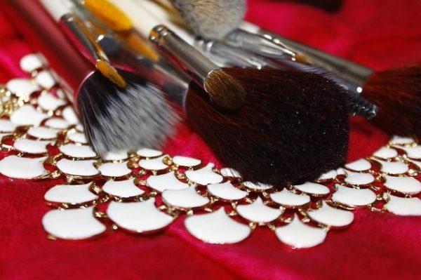 mejores-brochas-y-pinceles-de-maquillaje-brochas-tapete-rojo