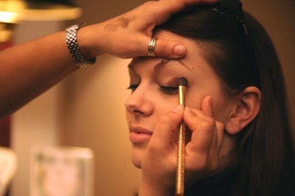 mejores-brochas-y-pinceles-de-maquillaje-maquillando-ojos-mujer