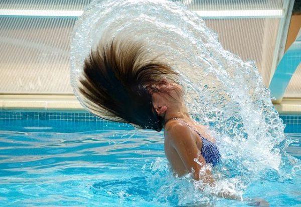 un-champu-en-seco-bueno-para-el-pelo-mujer-piscina