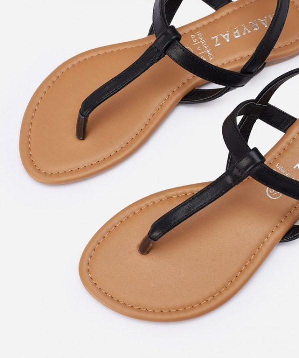 cbd0e616 La última de las sandalias de las rebajas de Marypaz de verano 2019 que  traemos, las tienes en dos colores: negras y rojas. Se trata de una sandalia  plana ...