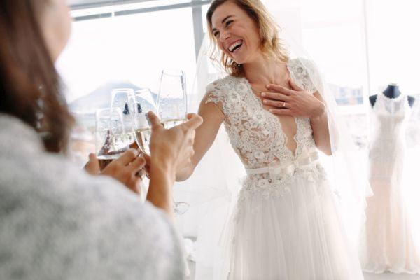 como-elegir-el-segundo-vestido-de-novia-istock