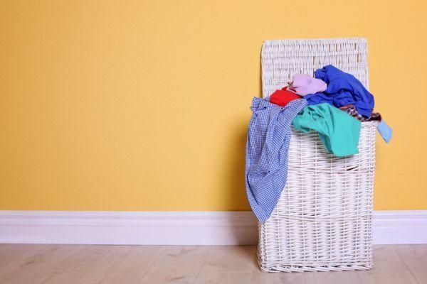 trucos-para-que-la-ropa-huela-bien-ropa-sucia-istock