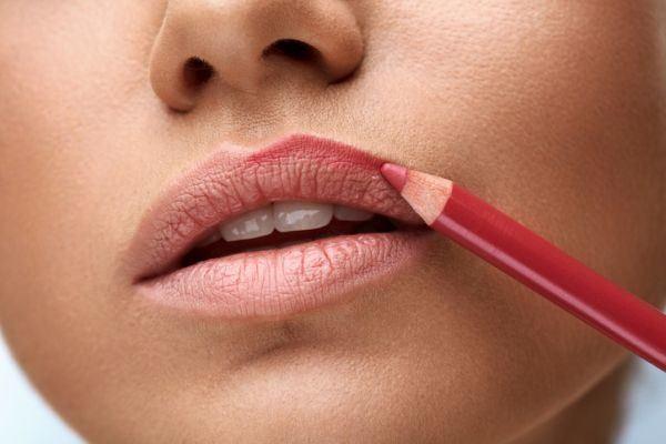 como-pintarse-los-labios-mas-volumen-mujer-lapiz-istock