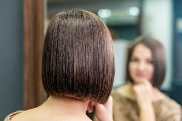 Corte de pelo moderno corto recto con volumen