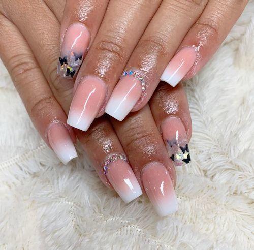 unas-acrilicas-francesas-con-perlas-y-mariposas-lady-nails-instagram