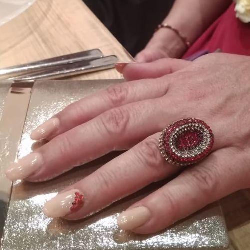 decoracion-de-unas-para-novias-perlas-rojas-instagram-adrian-nail-studio